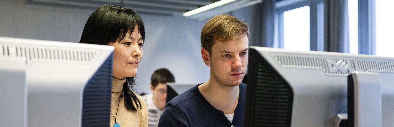 Studentin und Student am Computer